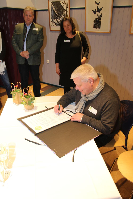 Pfarrer Herrmann unterschreibt das Gründungsdokument