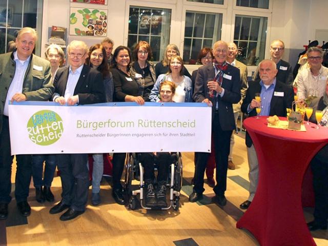Gruppenbild mit Kooperationspartnern und Gästen