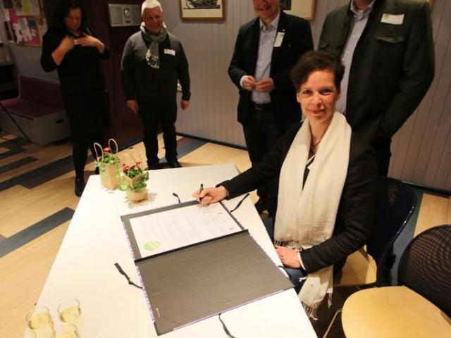 Elizabeth Rasche für das Bürgerforum am Unterzeichnertisch