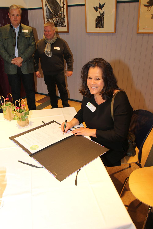 Janina Krüger, Oliver Ottmann, Kooperationspartnerin, unterschreibt das Gründungsdokument