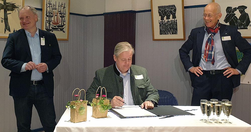 Oliver Ottmann, Kooperationspartner, unterschreibt das Gründungsdokument