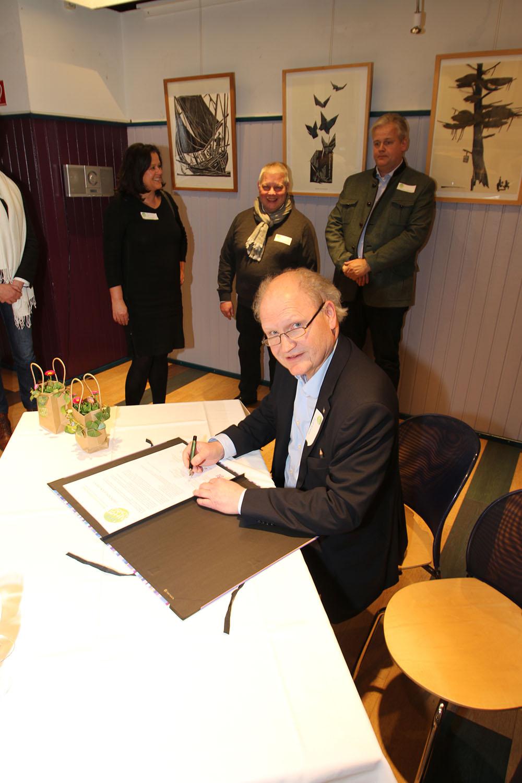 Rolf Krane, Kooperationspartner, unterschreibt das Gründungsdokument