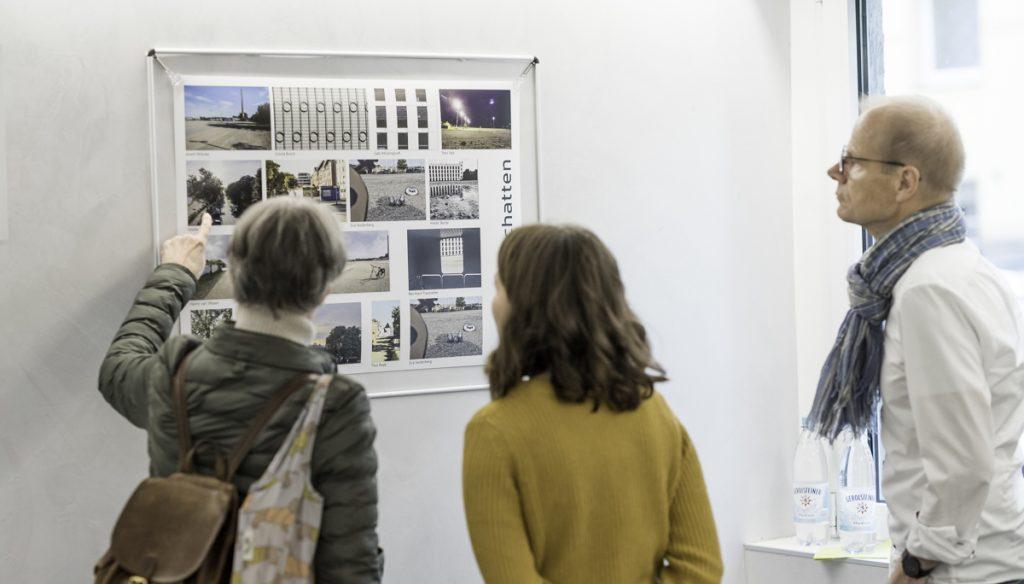 Bürgerforum und Ehrenamt Agentur beim Betrachten der Collagen