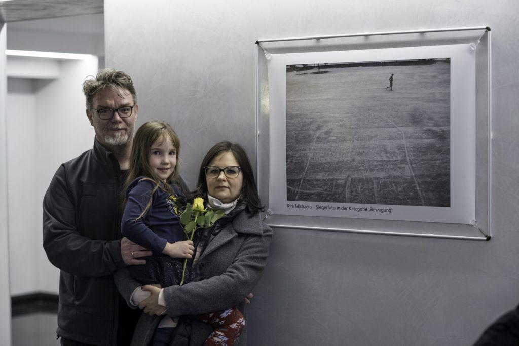 Kira mit ihren Eltern vor ihrem Siegerfoto