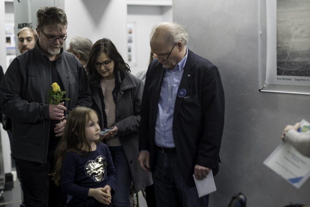 Kira Michaelis mit ihren Eltern und Rolf Krane vor ihrem Foto