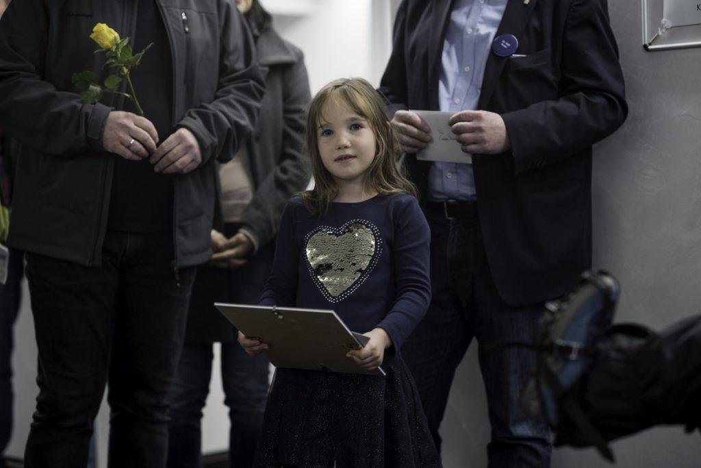 Kira mit ihrer Sieger-Urkunde