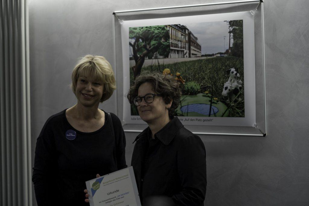 Julia Schirmer vor ihrem Siegerfoto mit Sonja Wegner-Bähner