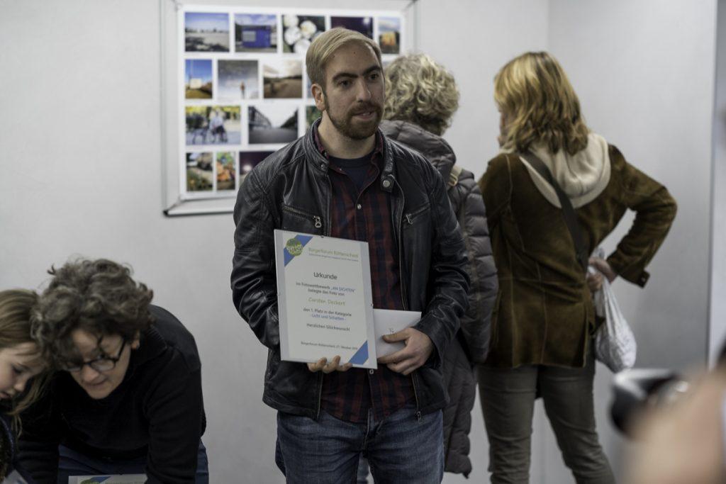 Carsten Deckert mit Urkunde und Preis