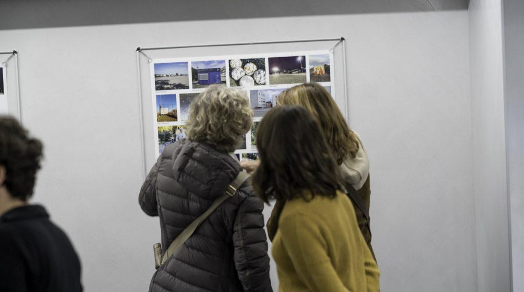 Besucherinnen vor einer der Collagen